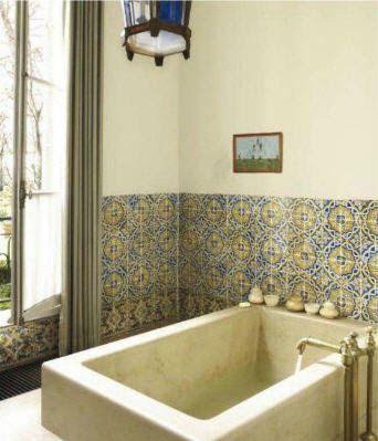 Preciosos azulejos a mitad de pared. Bañera de marmol. Farol.