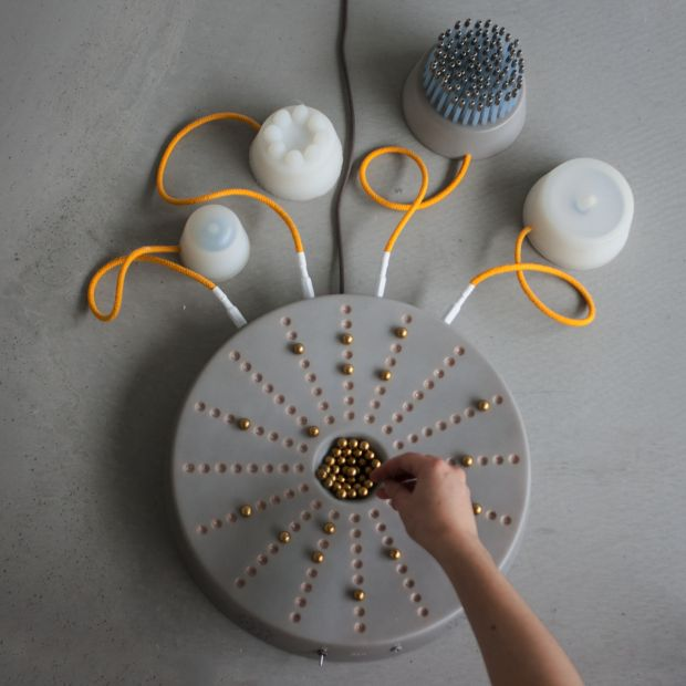 Lola Gielen est une designer néerlandaise qui expérimente tous les aspects du design. Après des études à la Design Academy d'Eindhoven, elle monte sa propre agence.  Je vous présente NEO, un instrument de musique imaginé et réalisé par Lola Gielen. Après des années d'apprentissage d'un instrument, elle a voulu créer un objet accessible à tout le monde dès la première utilisation. NEO permet de jouer de la musique de façon ludique et instinctive. On est loin des instrument traditionnels...