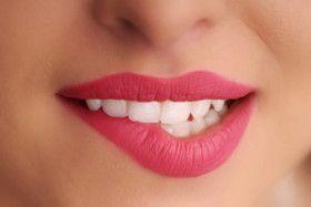 Die Weleda Sole-Zahncreme mit einem löslichen Putzkörper aus Natriumcarbonat (Salz) beugt Karies durch die Neutralisation schädlicher Säuren vor und hemmt somit auch die Neubildung von Zahnstein. Der einzigartige Putzkörper aus Salzkristallen regt außerdem den Speichelfluss und damit die physiologische Selbstreinigung an.  Der angenehm prickelnde, leicht salzige Geschmack der Sole-Zahncreme wird abgerundet durch anregendes Pfefferminzöl, das langanhaltende Frische schafft.