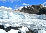 Die Gletscher in den südamerikanischen Anden schmelzen so schnell wie nie zuvor in den letzten 300 Jahren. Seit den 1970er Jahren schrumpften die Eiskappen der Berge um 30 bis 50 Prozent. Das zeigt die bisher umfassendste Auswertung von Messdaten durch ein internationales Forscherteam. Schuld daran sei eindeutig die globale Erwärmung. In den Anden seien die Temperaturen seit 1950 pro Jahrzehnt um 0,15 Grad angestiegen.