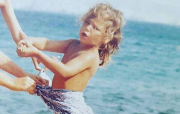 Αναγνωρίζετε την κόρη μεγάλης Ελληνίδας ηθοποιού σε παιδική ηλικία;