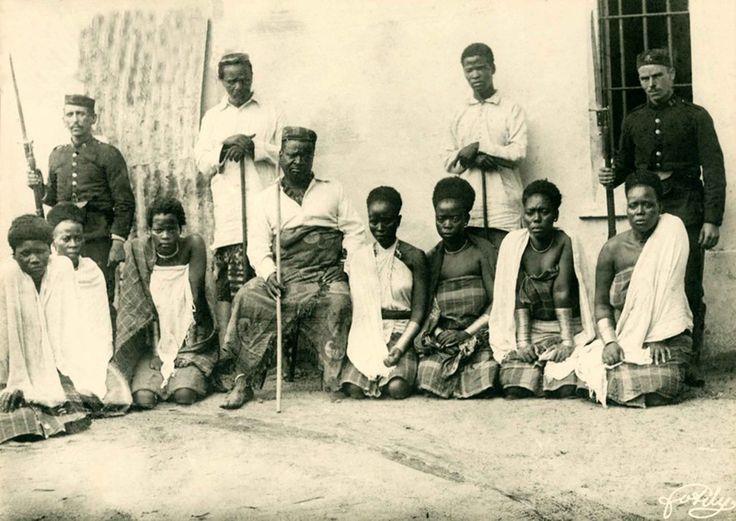 Mdungazwe Ngungunyane Nxumalo ou Gungunhana e sete das suas esposas _ Chaimite