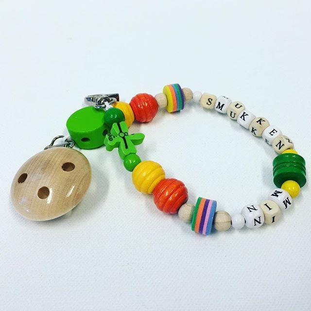 Smukkholder med perler og klips fra Rayher - du finner alt i vår nettbutikk 😉 #hobbykunst #hobbykunstnorge #smukkesnor #babyting #treperler #klips #klype #smokkesnor #smokk #hobbybutikklørenskog