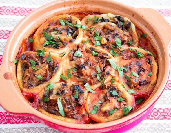 Картофельные рулетики с грибной начинкой можно подавать как в горячем, так и в холодном виде. Это хороший вариант закуски для постного праздничного стола.