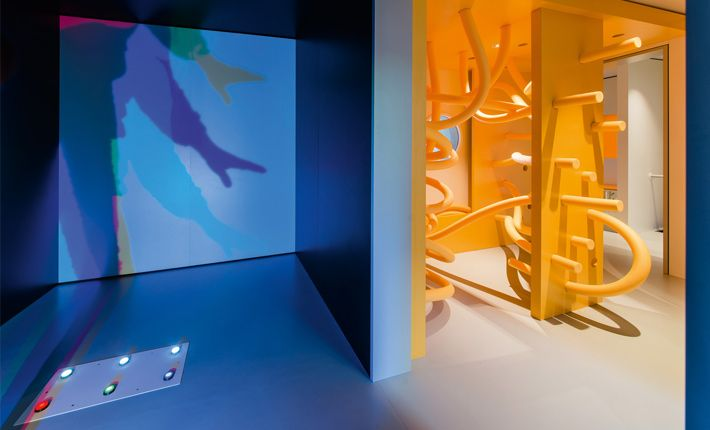 Since December 2014 there is the ground floor of the Schirn Kunsthalle Frankfurt a special area for children. In this adventure and experiential space - the MINISCHIRN - can the youngest visitors Kunsthalle playful basic issues of aesthetics and color theory to know while parents roam the changing exhibitions.