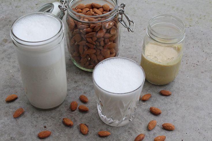 """Ob für meine Overnight Oats, Porridge oder zum Backen: Mein Verbrauch an Mandelmilch und anderen Nussmilchsorten ist recht hoch, denn ich nutze sie sehr gerne als Milchalternative. Wobei Milchalternativen offiziell gar nicht als """"Milch"""" bezeichnet werden dürfen: Im (Bio-) Supermarkt findet ihr Mandel""""milch"""" meist als """"Mandeldrink""""–als """"Milch"""" darf nur Kuhmilch bezeichnet und verkauft werden. Mandeldrink …"""