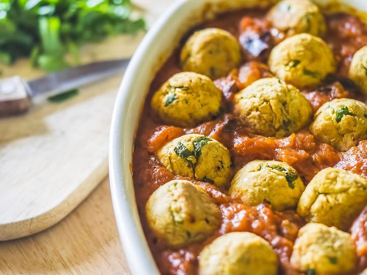 Bakłażan i pomidory to idealna kombinacja. W połączeniu z pieczonymi pulpecikami dają lekkie danie wegetariańskie w sam raz na wiosenny, dietetyczny obiad.
