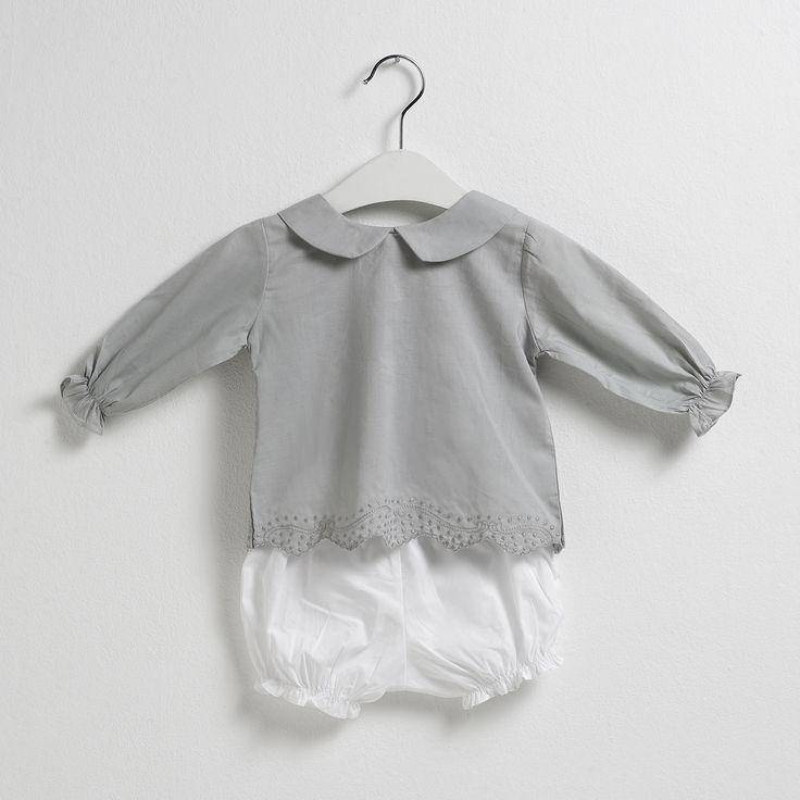 Conjunto infantil compuesto de una blusa en tono azul Sainte Claire con cuello de bebé y bermudas blancas.