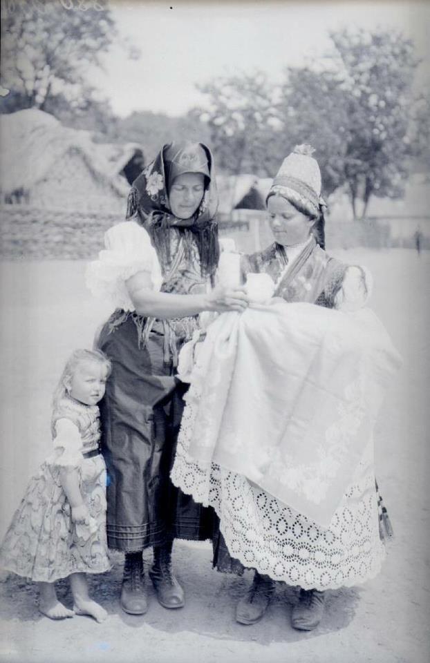 From Nádújfalus/Nádújfalusi palóc asszonyok és egyikük kislánya keresztelőre megy. 1925.