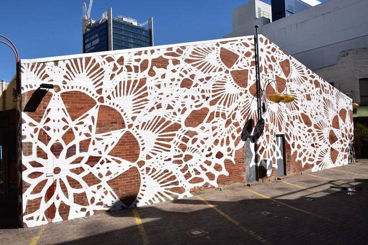 Białe koronki na ścianach, plecione pajęczynki, rzeźby wciśnięte w pnie drzew - to jej znak rozpoznawczy. NeSpoon to fascynująca artystka StreetArt.