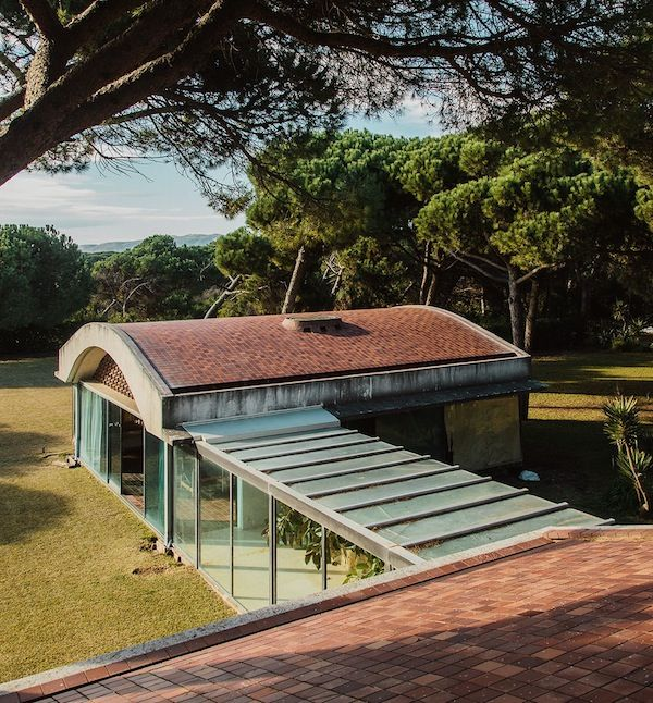 The Catalan architect and designer Antoni Bonet Castellano, (designer of the Butterfly Chair,officially, the BKF Chair), produced Casa Gomis  a sprawling Modernist summer house,  designed for Ricardo Gomis and his wife Inés Bertrand Mata, from —1953 to 1963