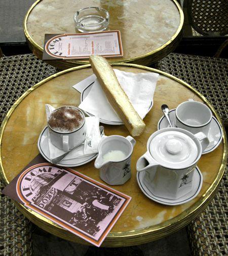 Francuska kawiarenka i piękny serwis kawowy. Parisian Cafe