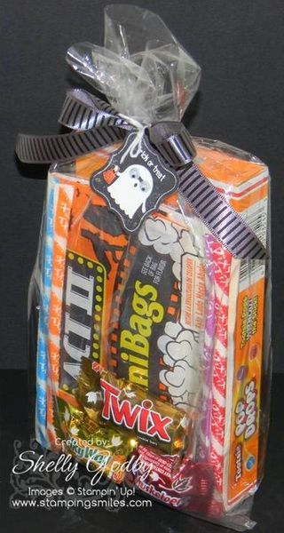 Easy-to-make and inexpensive Halloween goody bag.    http://www.stampinsmiles.com/2012/09/need-an-easy-to-make-and-inexpensive-halloween-goody-bag.html