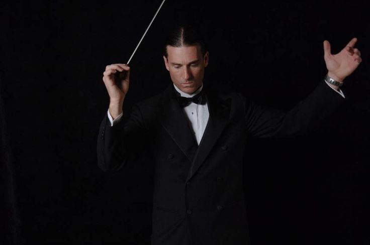 Qual é o significado dos gestos do maestro para a orquestra?