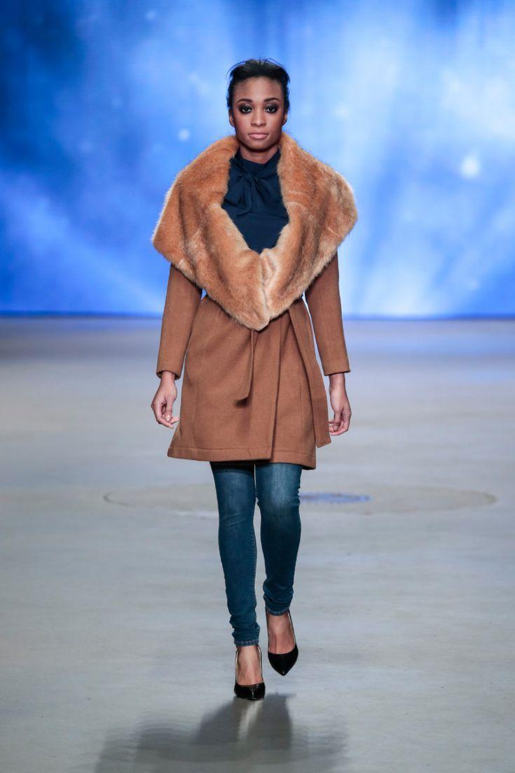 GIVEN - Wollen jas met grote nepbonte kraag. © Peter Stigter