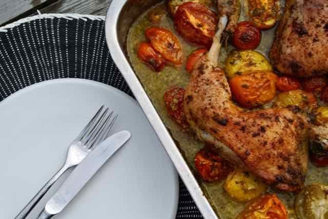 Als je weinig tijd hebt om een diner voor te bereiden is dit een super simpel en makkelijk gerecht. Alles in een ovenschaal, goed husselen. Zorg wel dat je de tomaatjes onder de kip legt en dande oven in en afwachten maar. De reviews van het recept waren lovend en ik moet je zeggen wij vonden het