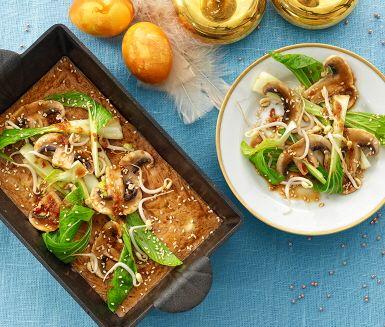En matig ugnsomelett med smak av soja, serveras med champinjon- och pak choi-sallad som toppas med en dressing med smak av lime och ingefära. Perfekt till buffén!