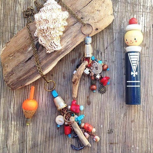 VENDUTI Amuleti legnetti, coralli e turchesi.
