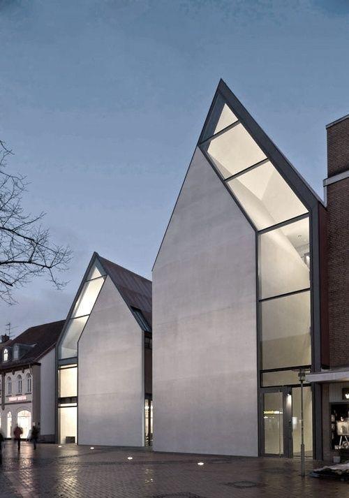 Fazer um falso telhado cor opaca estilizado e embaixo tudo vidro? Vidro e tijolos?