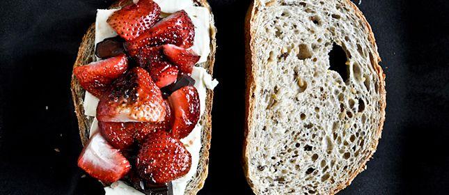 Sándwich a la plancha con fresas, chocolate y brie