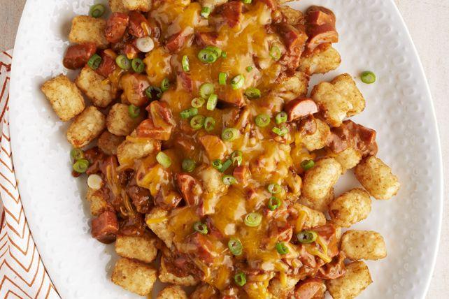Vous ne reconnaîtrez peut-être pas vos nachos habituels dans cette recette, mais ils ont aussi bon goût! On surmonte des pépites de pommes de terre d'une garniture de chili, de fromage et de saucisses à hot dog. Résultat? Une recette gagnante!
