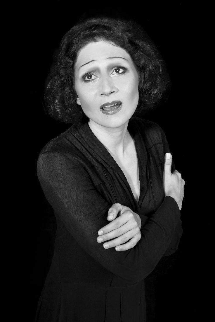 Martha Issová jako Edith Piaf