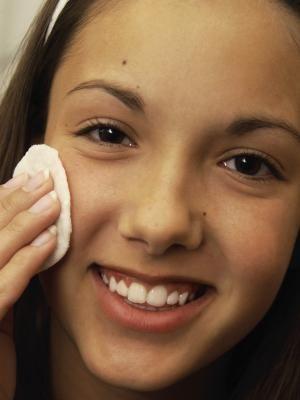 Cómo tratar el acné con remedios naturales | eHow en Español
