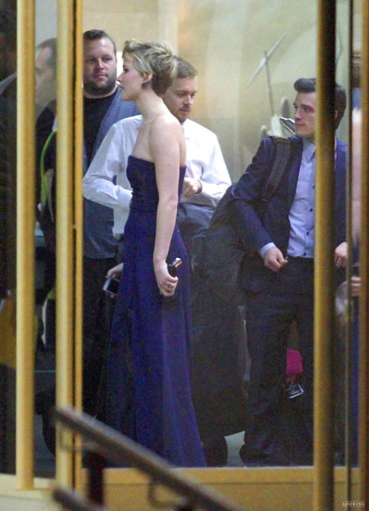 Josh and Jennifer at the airport leaving Madrid...they dont even have time to change clothes maybe on the plane they will...