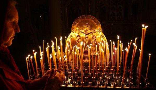 パスハを祝う光明週間始まる  パスハ(復活大祭)を祝う光明週間が始まった。     21日、ロシアおよび全ルーシ総主教のキリルは、モスクワ・クレムリンのウスペンスキー寺院で聖体礼儀と十字行を行う。 教会では光明週間の間、祭壇中央の入り口の扉「天門」が開かれる。これは、キリストが自らの死によって、人々のために天国への道を開いたことを象徴している。    また鐘楼が一般の人々に開放され、子供から大人まで誰でも鐘を鳴らしてパスハの喜びを分かち合うことができる。なお光明週間の最後の日は「クラースナヤ・ゴールカ」と呼ばれ、結婚式を挙げるのに良い日とされている。