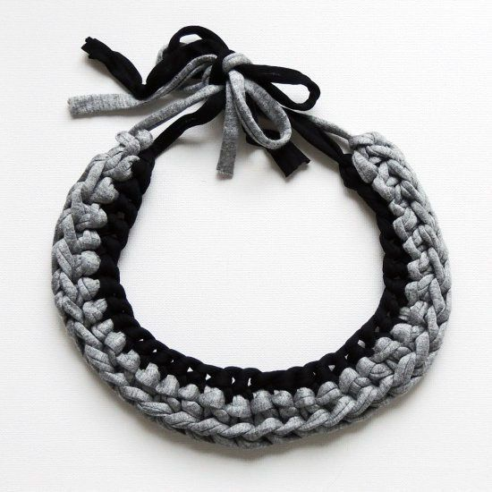 Make this gorgeous chunky crochet necklace with this simple tutorial - perfect for beginners and for using up jersey yarn!