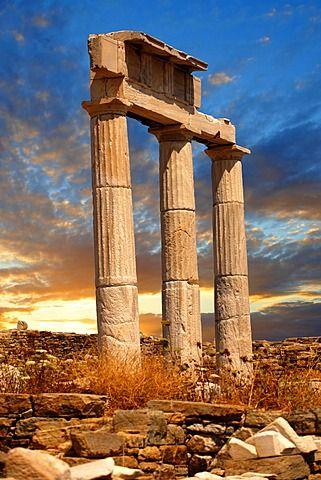 columnas dóricas del templo de Poseidón, las ruinas de la ciudad griega de Delos, lugar de nacimiento de los dioses gemelos Apolo y Artemisa, Islas Cícladas, Grecia, Europa