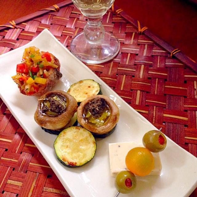 """今宵は何にしようと全く考えていなかったので、食材を見にお買い物行ったら良いの発見 それに合わせてスパニッシュ 前菜はゴリ押し(*≧艸≦)スペインといえばオリーブ、いただいたタプナードをチョビx2いただいてます 志野さん✨今宵もありがとうございます❗️ - 62件のもぐもぐ - Esperen un momento☝""""ちょっとこれで待っててねレモン&ペッパーチーズとスタッフドオリーブ・マッシュルームの詰め物(タプナード)・パプリカのバゲット by honeybunnyb"""