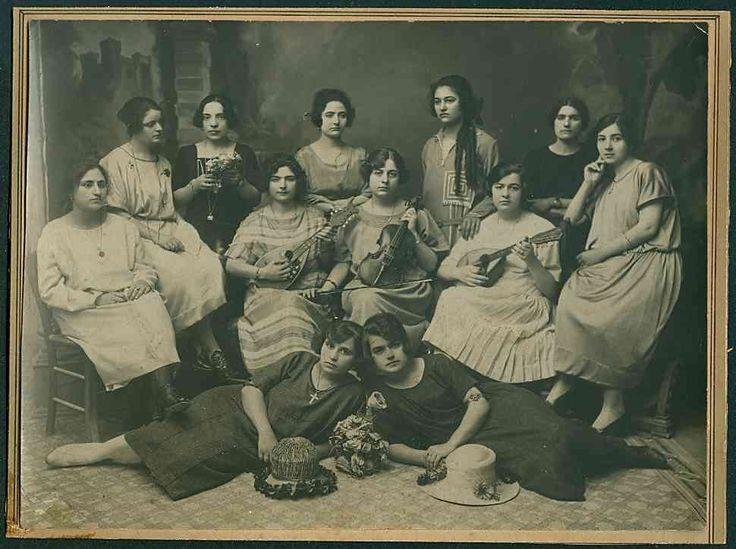 Ομάδα γυναικών, στα Χανιά,το 1910, με μουσικά όργανα ανά χείρας.