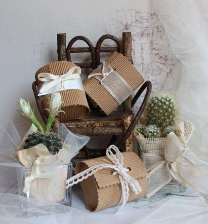 wedding favors. bomboniere di matrimonio - piante grasse e bauletti di cartoncino con confetti e semi di fiori decorati a mano con nastri, pizzi