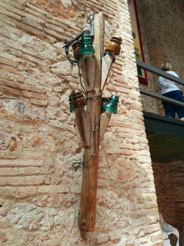 Obra de arte basada en un poste de Telefónica en el Teatre-Museu Salvador Dalí en Figueres, Cataluña. Para alucinar