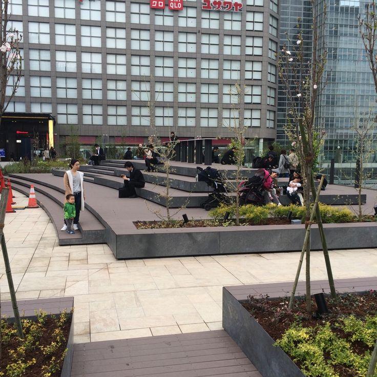 新宿駅の新南口の広場は既にサラリーマンのおサボリスポットと化しとる。