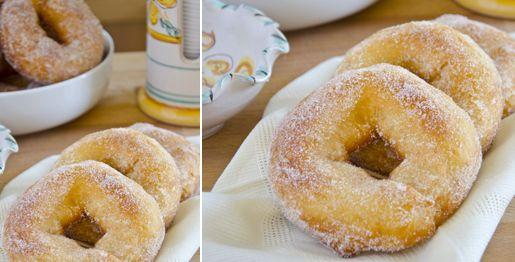 Le graffe sono ciambelle dolci e soffici fritte e rivestite di zucchero semolato tipiche del Carnevale. In questa ricetta le graffe sono senza patate.