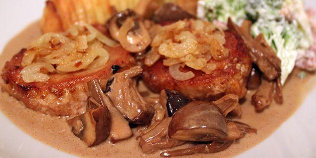 Mørbrad a la creme serveret med hasselbagte kartofler og salat.