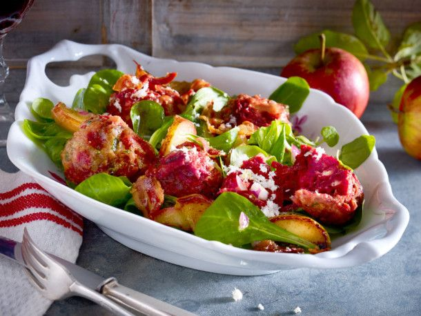 Unser beliebtes Rezept für Rote-Bete-Knödel auf Apfelfeldsalat und mehr als 55.000 weitere kostenlose Rezepte auf LECKER.de.