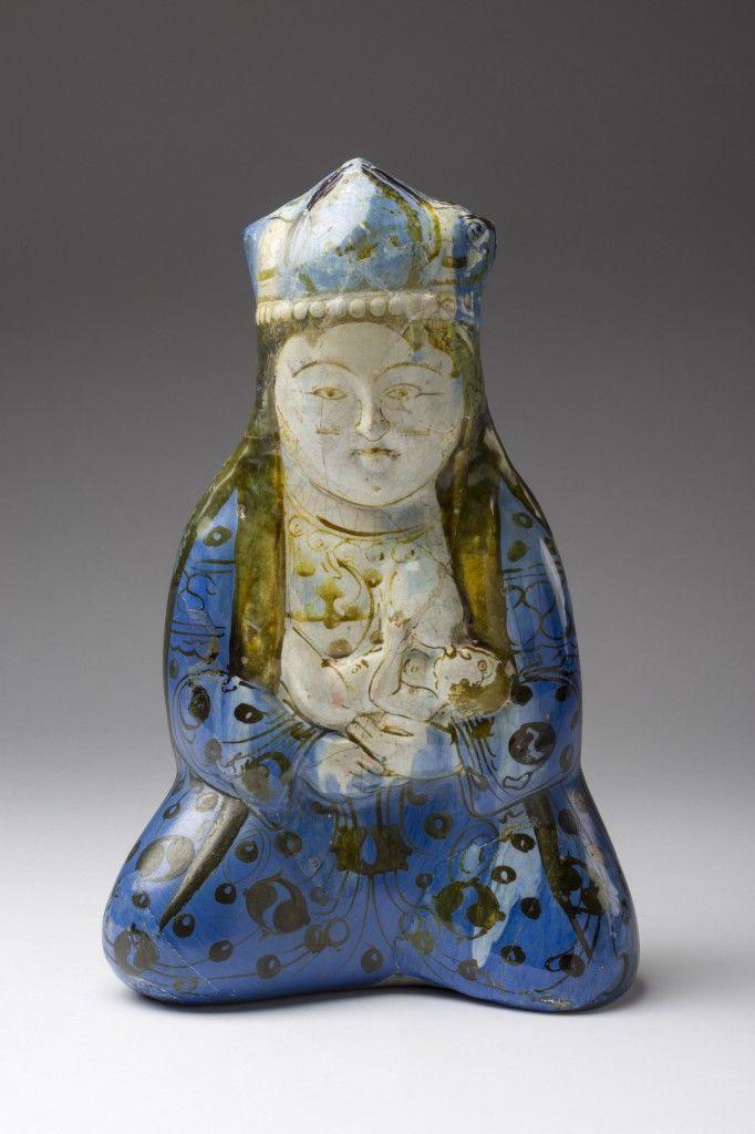 Gefäß in Form einer sitzenden weiblichen Figur , Iran, um 1200 | © Staatliche Museen zu Berlin, Museum für Islamische Kunst, Inv. Nr. I. 2622