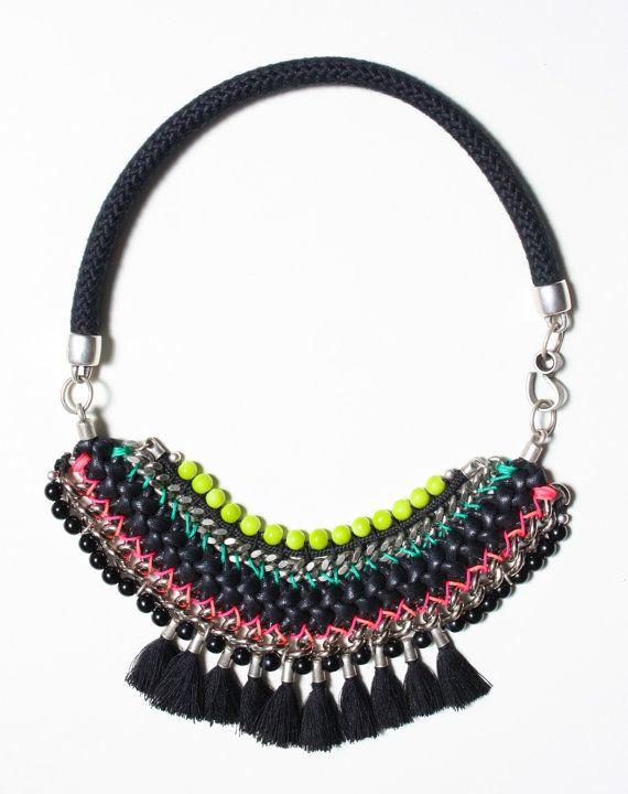 CABUYARO collar negro tejido decorado con cadenas por ARARACUARA