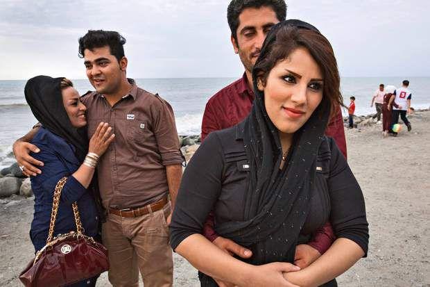 Très décontractés, ces deux couples sont venus chercher la fraîcheur sur le front de mer de Ramsar, station balnéaire sur la mer Caspienne.
