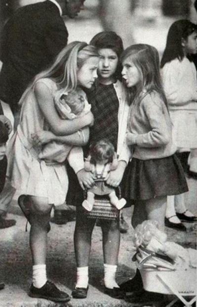 """«Маленькие взрослые""""... Три американские девочки сплетничают на одной из аллей Севиллы в Испании. На протяжении длительного времени почтовая открытка с этим изображением была самой популярной на территории США."""