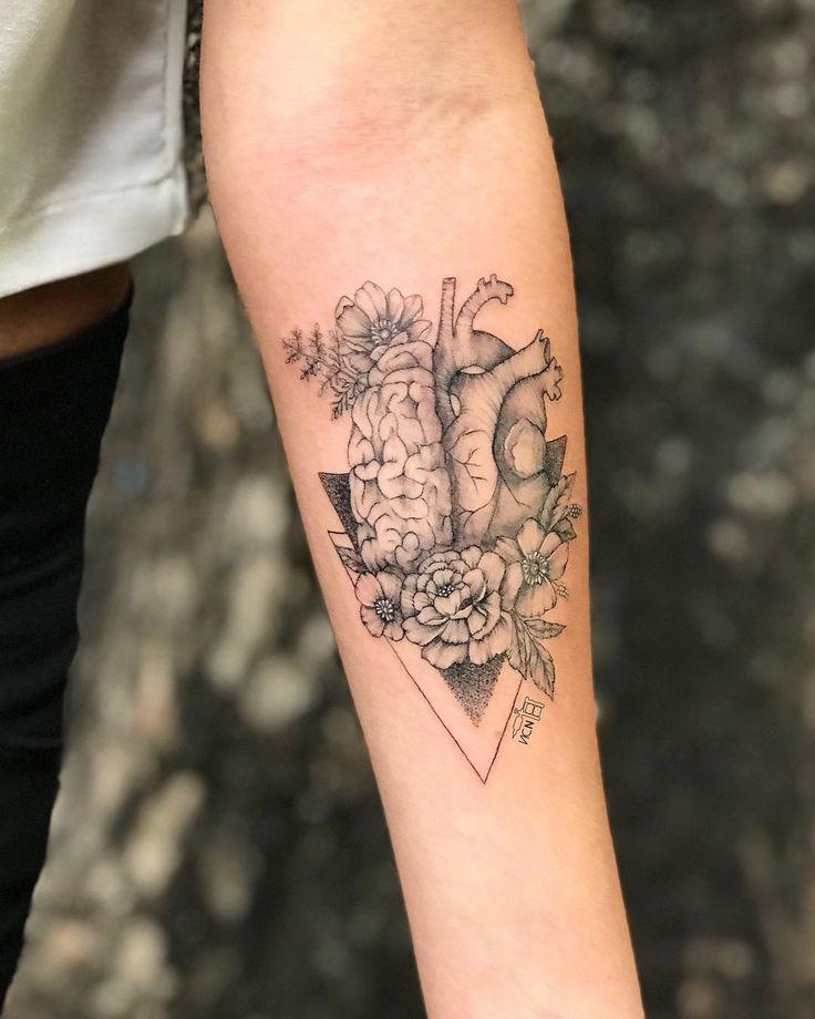Tatuagem feita por Vic Nascimento do Rio de Janeiro.    Metade razão e metade emoção, simbolizada por metade cerebro e metade coração.