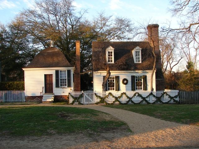 Williamsburg Christmas Decorations - Photos of Colonial Wreaths and Swags: Historic Williamsburg Home Decorated for Christmas