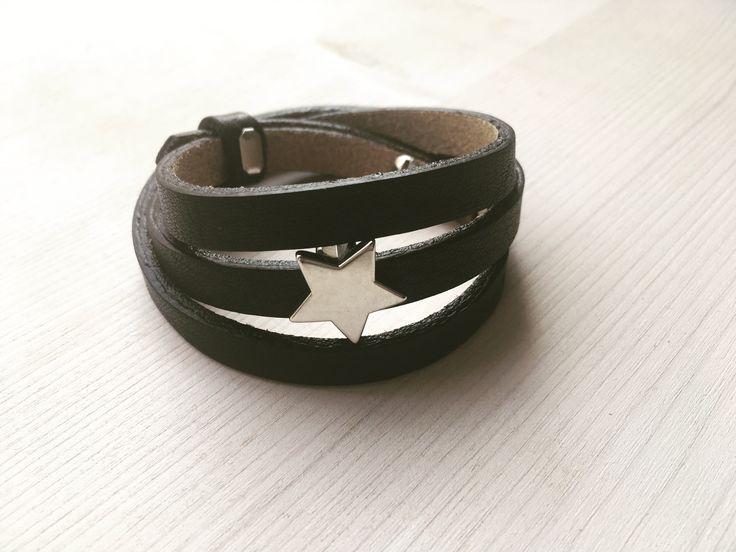 Zwarte Cuoio armband gemaakt van Italiaans leer met ster. De armband kan 3x rond de pols worden geslagen.