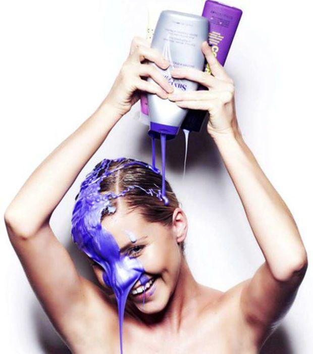 Vous ne jurerez plus que par le shampoing violet à appliquer au moins une fois par semaine pour maintenir un blond bien blanc et éviter les reflets roux ou verts.