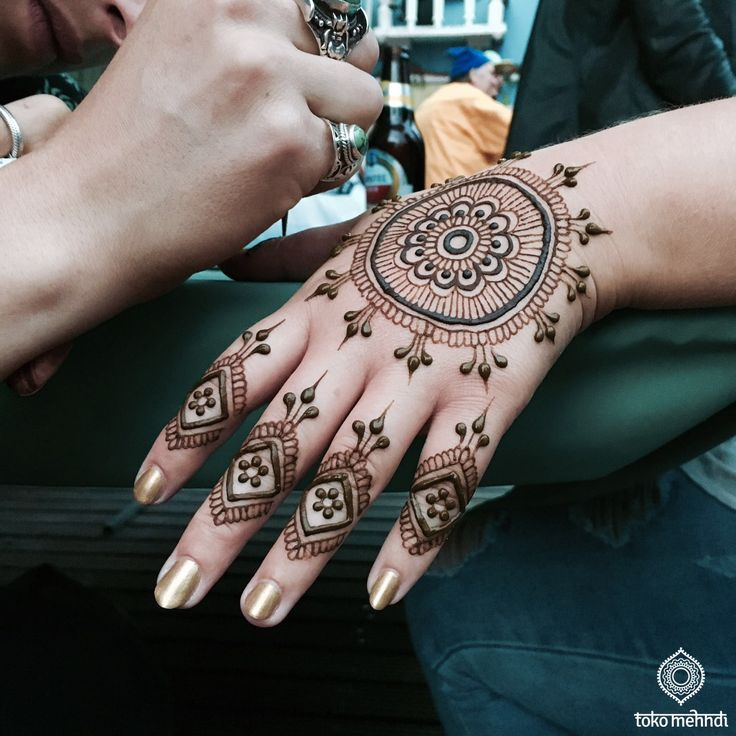 applying henna    www.tokomehndi.com    Toko Mehndi