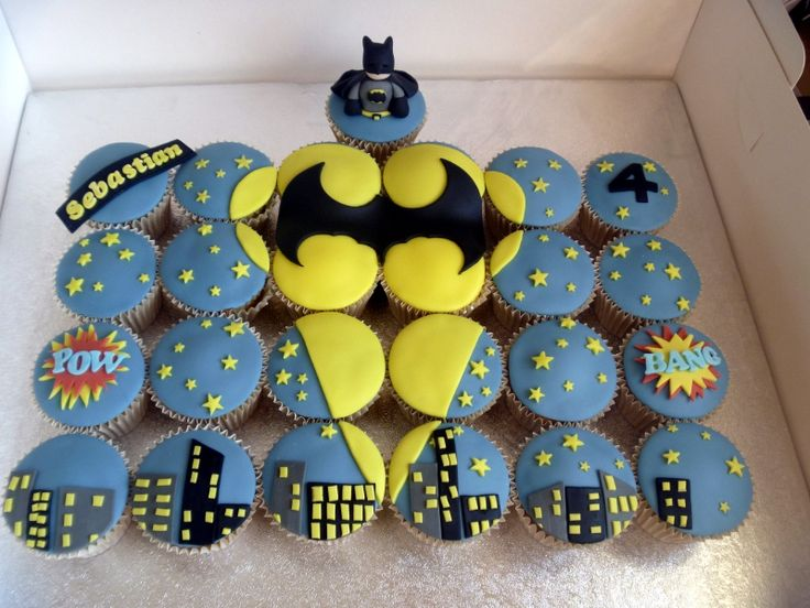Batman cupcake scene (by BrownEyedGirlBakery)