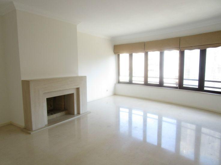 Lisboa, Lumiar arrenda-se apartamento T3 com cozinha equipada e um lugar de estacionamento.
